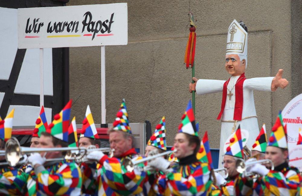"""Papst Benedikt """"zu Gast"""" beim Heuchelheimer Fastnachtsumzug"""